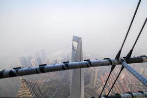 shanghai torn, 110 våning , dimma och dis foto