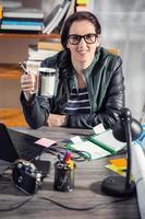 kvinna som arbetar på ett projekt foto