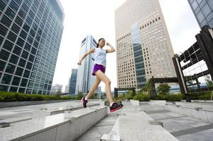 person som joggar genom stadsområdet över cement devore foto