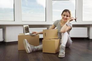 flyttar i den nya lägenheten foto