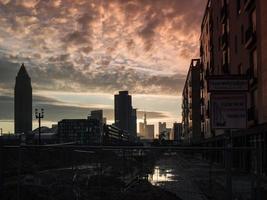 affärsbyggnader vid soluppgången i frankfurt, Tyskland foto