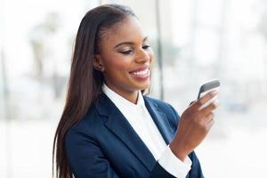 afro amerikansk affärskvinna med smart telefon foto