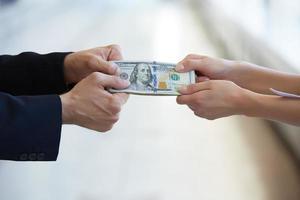 affärskvinna och en affärsman innehar pengar foto