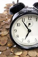 mynt och vintage svart väckarklocka foto