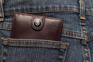 brunt läderplånbok i fickans jeans foto