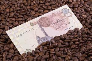 kaffebönor och egyptisk sedel foto