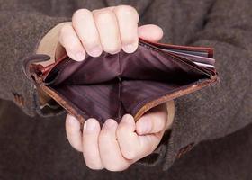 affärsman som visar tom plånbok. finans och ekonomi. foto