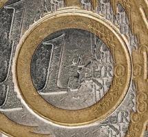 en euromynt på framsidan på vit bakgrund foto