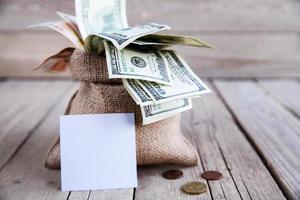 pengar bit säckväv för anteckningar på träbakgrunden foto