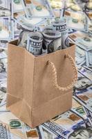 dollar i en shoppingväska foto