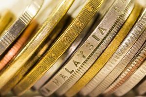 gyllene mynt och mynt staplade på varandra i olika foto