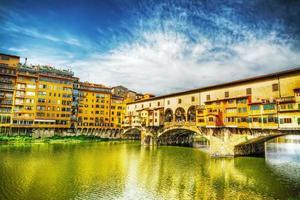 ponte vecchio sett från Arno Bank i Florens