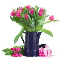 bukett med rosa tulpaner i blå kruka foto