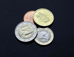 euromynt en två pengar framför omvända lettiska republiken ny foto