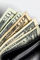 Amerikanska dollarsedlar i svart öppen plånbok närbild foto
