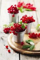 färsk röd vinbär på träbordet foto