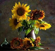 vackra solrosor i en vas foto
