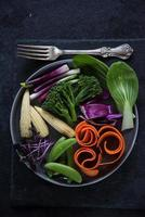 färska livliga grönsaker på plattan foto