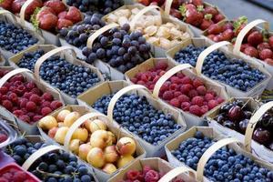 fyllda korgar med blandad färsk frukt bredvid varandra foto