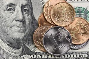 amerikanska 100 dollar och ryska mynt foto