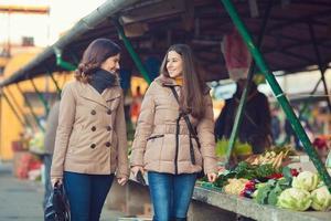 kvinnor på marknaden foto