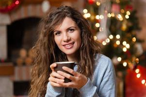 jul med en kopp kakao över vardagsrummet foto