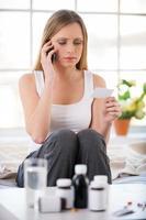 konsultera med läkare per telefon. foto