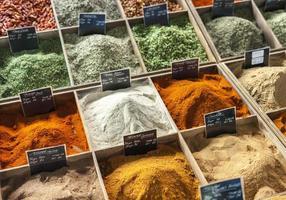 närbild av kryddor på en provencalsk gatamarknad foto