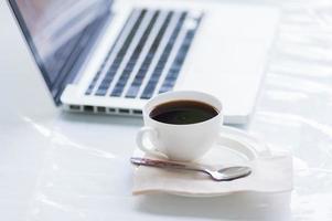kaffekopp och bärbar dator för företag foto