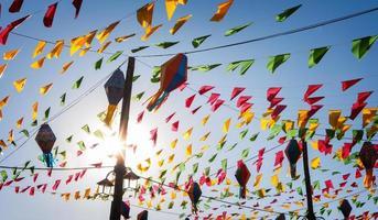 bunting, färgglada partyflaggor, på en blå himmel. foto