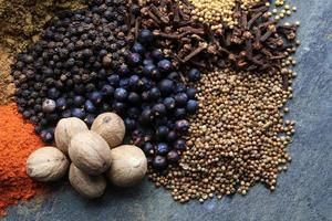 staplade blandade kryddor foto