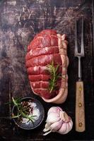 rå stekt nötkött och köttgaffel foto