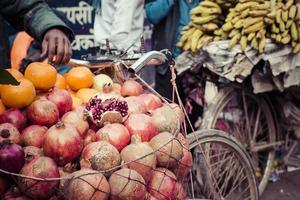 hökaren säljer sina frukter i thamel i Katmandu, Nepal. foto