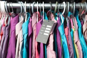 blanck pricw etikett på kläder hänger på en hylla foto