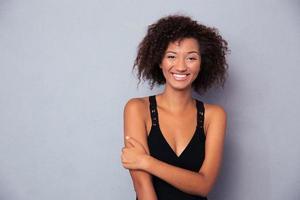 porträtt av en glad svart afrikansk kvinna foto