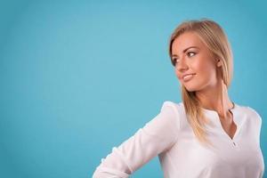 härlig blondin som bär vit blus foto