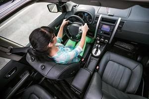 kvinna bakom ratten i en bil. foto