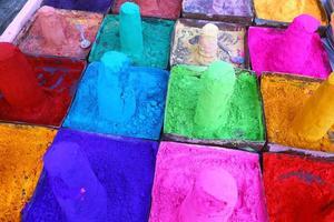 mångfärgade pulver i indisk marknad för pushkar, rajasthan foto