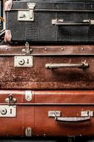 gamla vintage resväskor foto