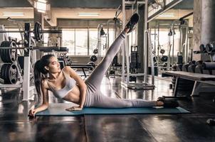 ung asiatisk kvinna på gymmet för att träna foto