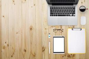 låg platt bild av fungerande kontorsutrustning foto