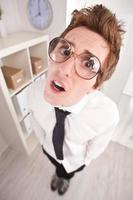 kontorist med stora glasögon förvånad foto