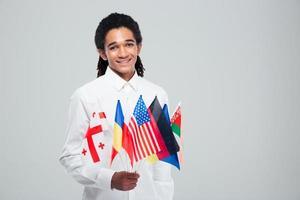 afro amerikansk affärsman som håller världsflaggor foto
