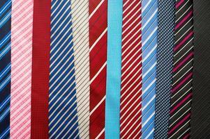 olika färgglada slipsar foto
