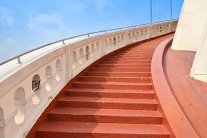 röd betongtrappa foto