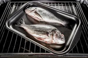 dorado fisk i ugnen. foto