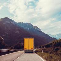 lastbil på vägen. gul lastbil foto