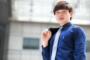 unga asiatiska manliga företagsledare leende porträtt foto