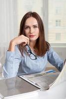kvinna som håller en tidning i handen foto