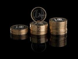 tre grupper av ryska mynt och en euro foto